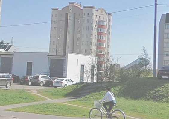 Велосипедистка на улице Рословка
